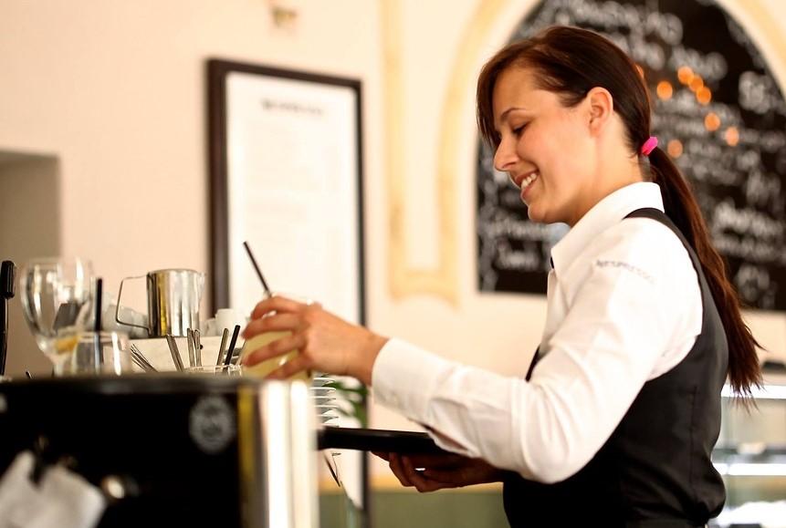 Servitris - Lägre arbetsgivaravgifter för ungdomar 19-23 år