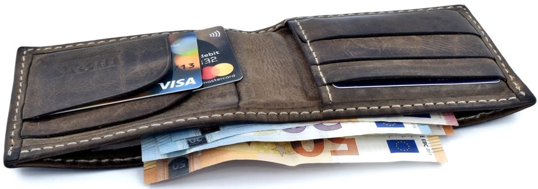 Pengar i plånbok - Löner ingår i omställningsstödet från maj 2021